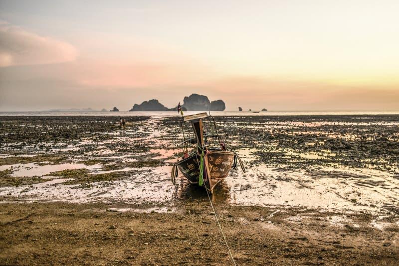 Krabi,泰国, 2016年3月12日:在低钛的偏僻的长尾巴小船 库存图片