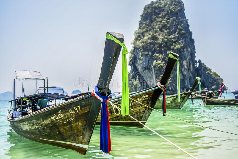 Krabi,泰国, 2016年3月11日:在海滩的小船在Krabi,  库存照片