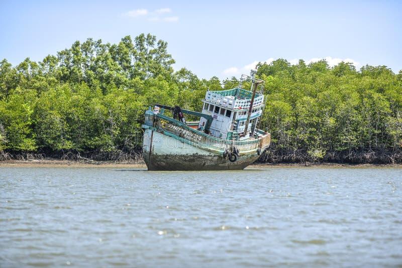 Krabi,泰国, 2016年3月7日:老被放弃的船搁浅 免版税库存照片