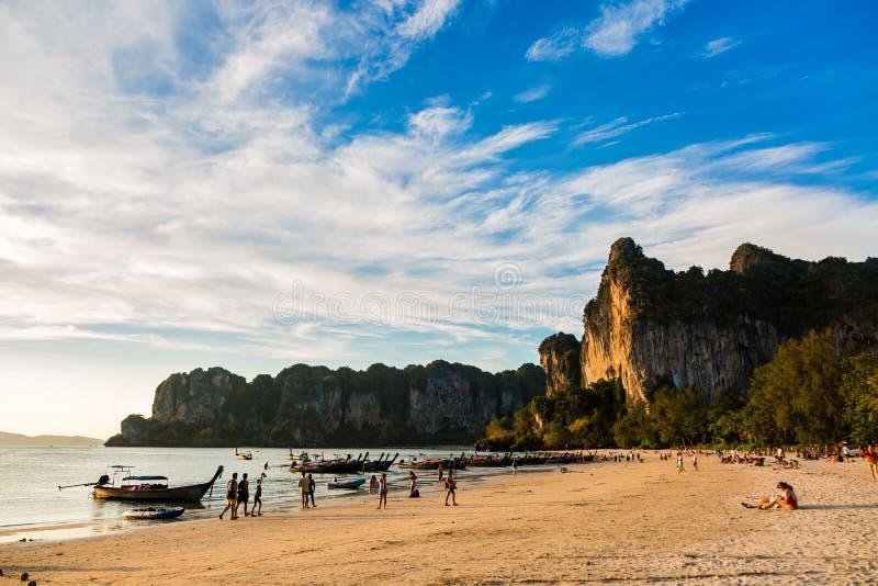 Krabi, Ταϊλάνδη - 11 Φεβρουαρίου 2019: Ηλιοβασίλεμα και ξύλινες βάρκες longtail στην παραλία Railay Οι τουρίστες στηρίζονται και  στοκ φωτογραφίες