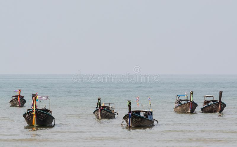 Krabi, Таиланд - март 2019: шлюпки длинного хвоста деревянные причаленные на пляже Railey стоковая фотография rf