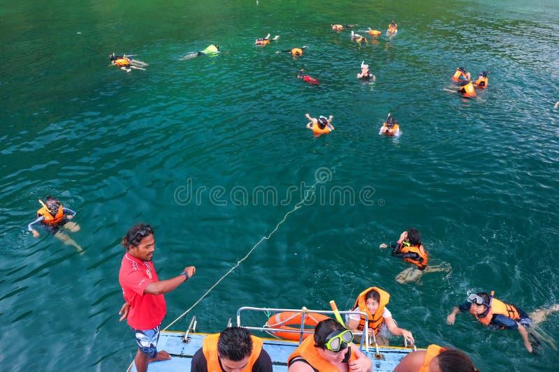 Krabi, Таиланд - 4-ое апреля 2017: Шлюпка позволила туристам snorkeling стоковая фотография rf