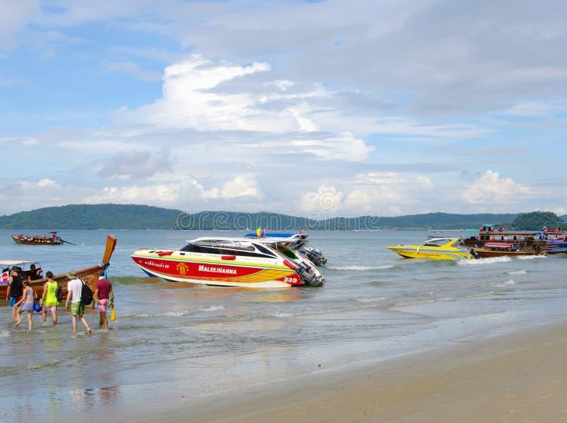KRABI, ТАИЛАНД - 26-ОЕ ОКТЯБРЯ 2013: Морское побережье Andaman, туристы приземляясь быстроходные катера стоковые фотографии rf