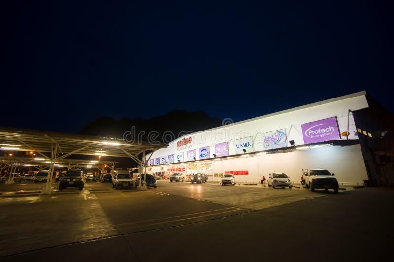 Krabi 9 Juli 2014: Det Makro kontantköpet shoppar byggnad och parki royaltyfri fotografi