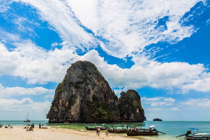 Krabi, plage de Phranang, Thaïlande - 12 février 2019 : Plage de caverne de PhraNang en mer d'andaman Plage sablonneuse avec les  photos stock