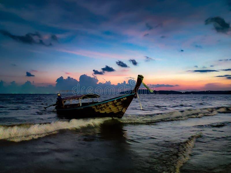 Krabi próximo Tailandia de la playa del nang de Aao del barco imagen de archivo libre de regalías