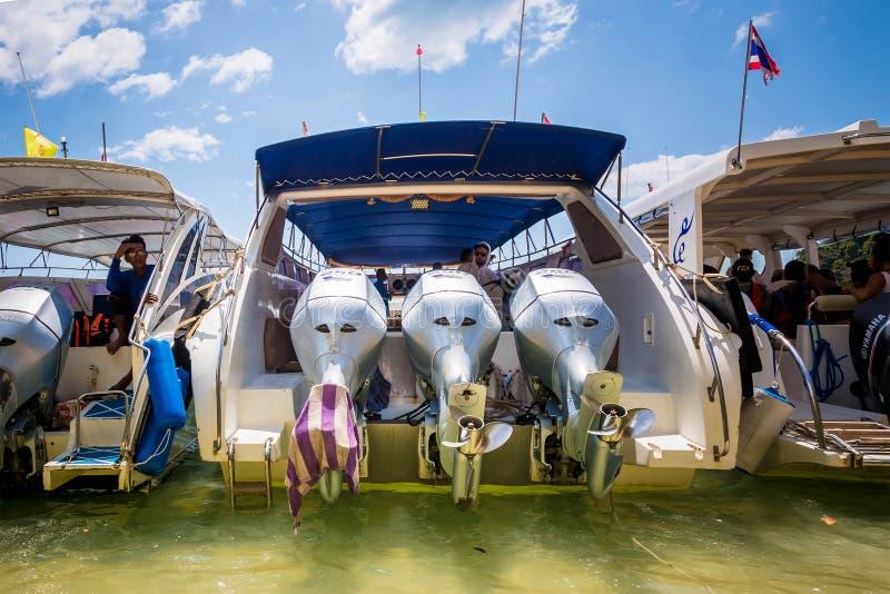 Krabi prowincja Tajlandia, Luty, - 12, 2019: Wysocy prędkości powerboats oczekują odjazd Łódź z trzy outboard silnikami fotografia stock