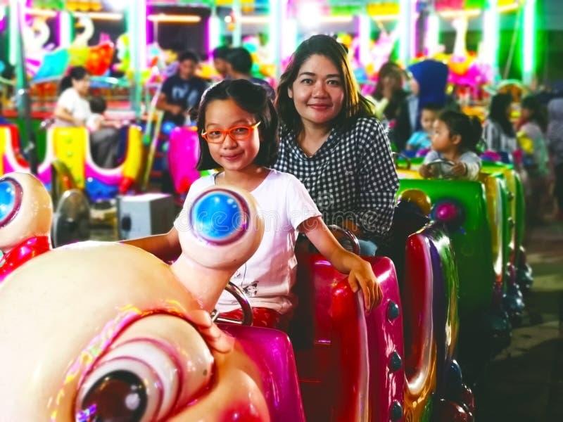 Krabi, Tailândia 4 de janeiro de 2018: A tia e a sobrinha apreciam para montar t fotos de stock