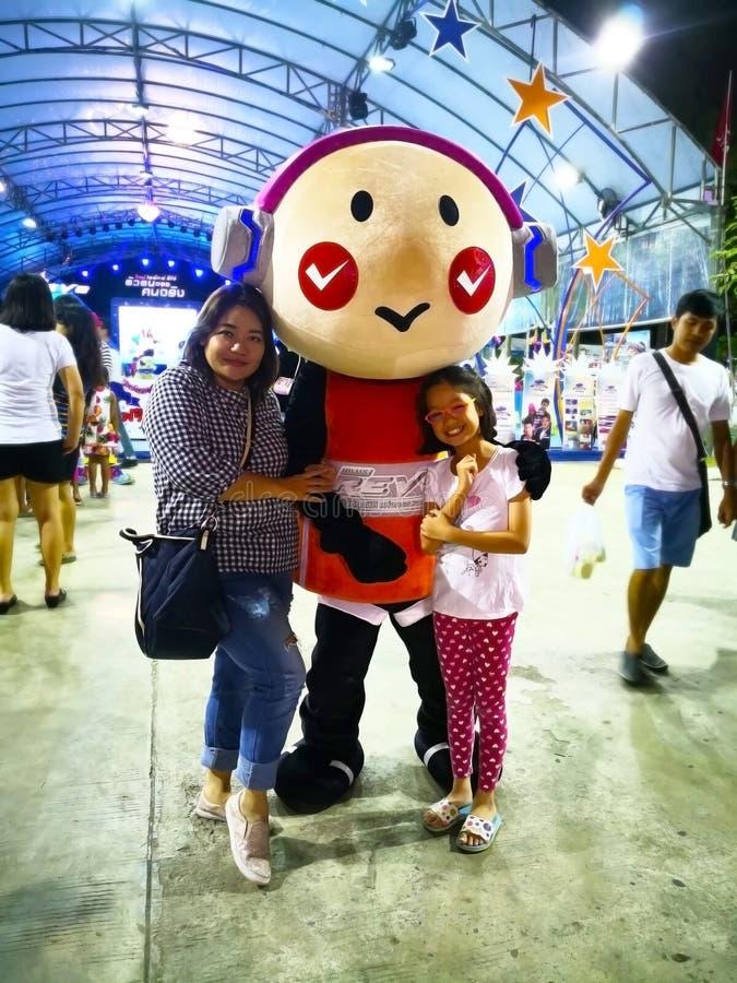 Krabi, Tailândia 4 de janeiro de 2018: A tia e a sobrinha tomam wi de uma foto fotografia de stock royalty free