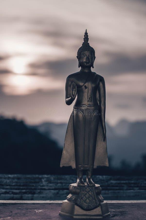 KRABI, TAILANDIA - 2 APRILE 2018 Buddha al punto di vista di Tiger Cave fotografia stock libera da diritti