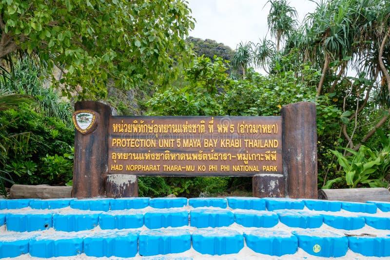 Krabi, Tailandia - 5 aprile 2017: Cartello di legno nel parco nazionale della baia di maya fotografia stock libera da diritti