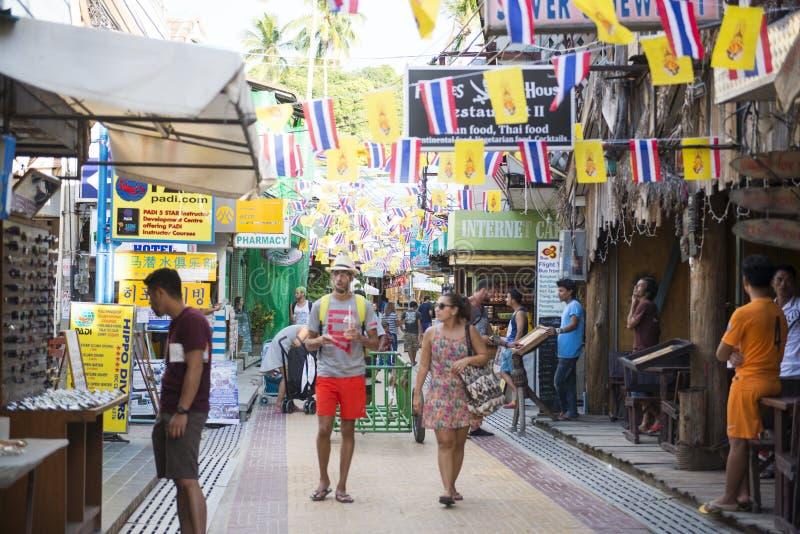 KRABI, TAILANDIA - 1 DE DICIEMBRE DE 2015: los turistas que hacen compras en el th foto de archivo