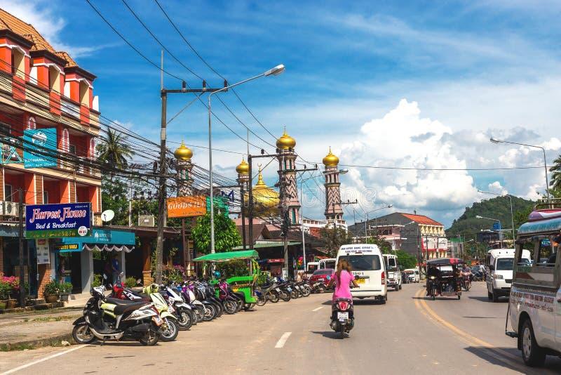 Krabi, Tailandia Vie del sobborgo, delle automobili e delle costruzioni fotografia stock