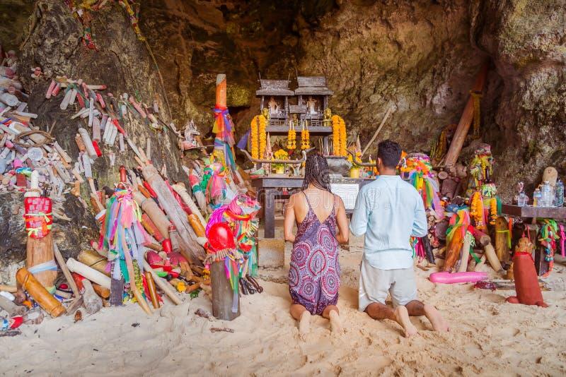 Krabi Tajlandia, Luty, - 12 2019: Para, dziewczyna i chłopiec, modlimy się plenności bogini dla brzemienności przed fallusem kszt zdjęcia stock