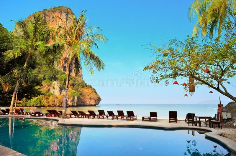 KRABI TAJLANDIA, MARZEC, - 21: Światło słoneczne widok od kurortu basenu na Railay plaży Marzec 21, 2015 Krabi obraz royalty free