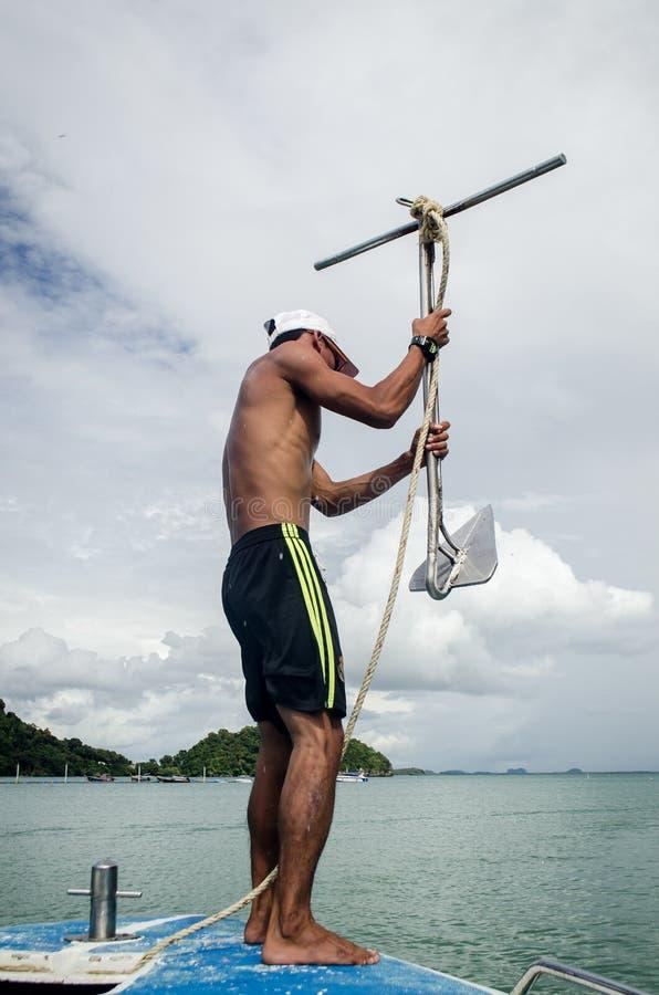 KRABI, TAJLANDIA, NOV 6: lokalny barkarz opuszcza achor w tou zdjęcia royalty free
