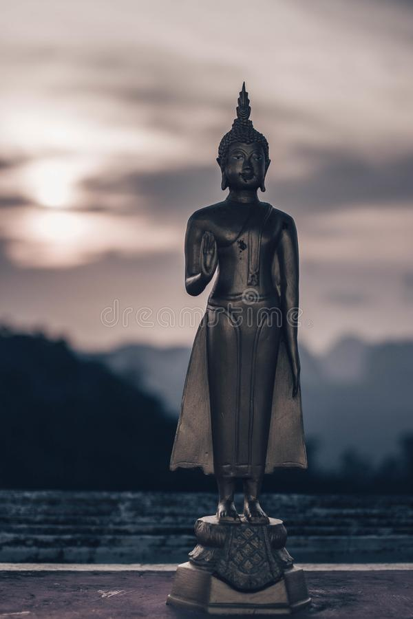 KRABI THAILAND - 2 APRIL 2018 Buddha på synvinkeln av Tiger Cave royaltyfri foto