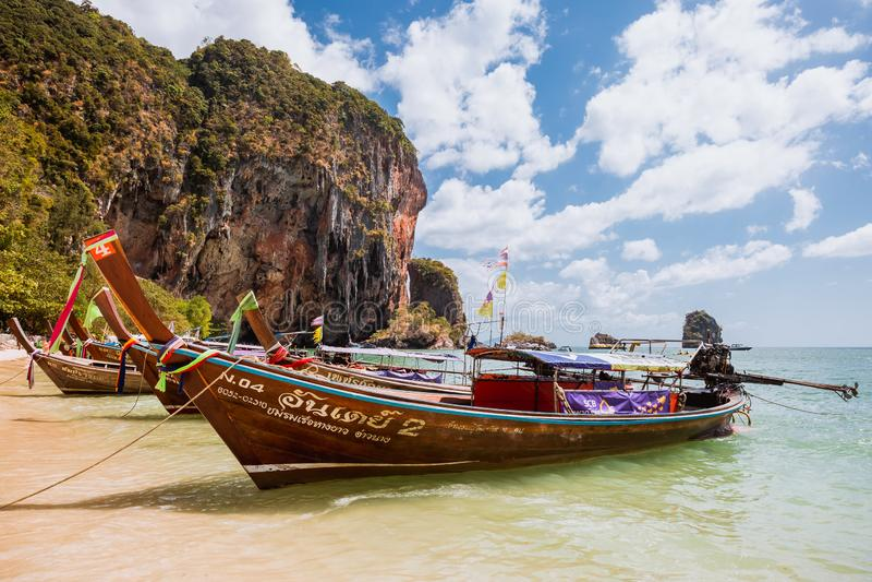 Krabi, Thailand - Februari 12, 2019: Taxiboten die op het zandige strand van Phra worden vastgelegd Nang Weergeven op longtailbot royalty-vrije stock foto