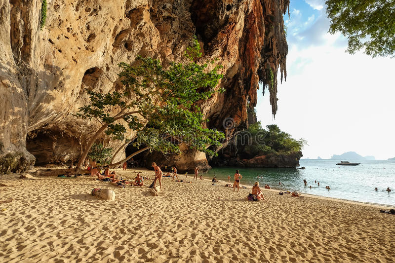 Krabi, Thailand - 017 Januari, 2015 Toeristen zwemt bij Railay-holbea royalty-vrije stock foto's
