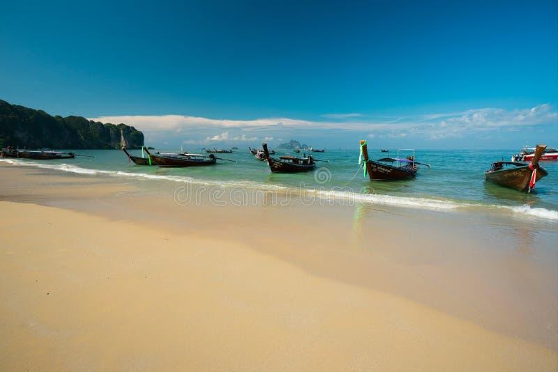 KRABI THAILAND - JULI 12 2019 stranden en för strandAO Nang av den huvudsakliga thailändska semesterorten fotografering för bildbyråer