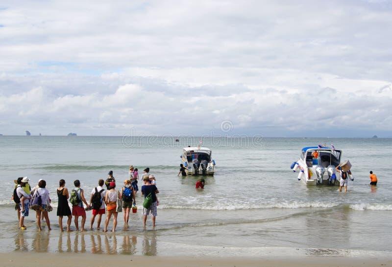 KRABI, THAILAND - OKTOBER 26, 2013: Andamanoverzees, Ao Nang strand die, toeristen motorboten landen royalty-vrije stock foto's