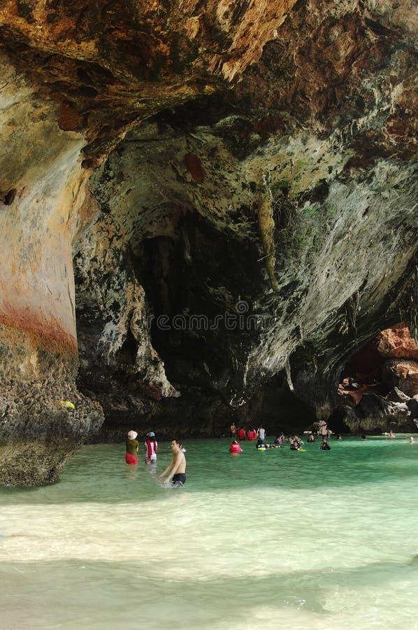KRABI THAILAND - OKTOBER 27, 2013: pittoresk ren klippa ovanför havet med simningfolk arkivbild