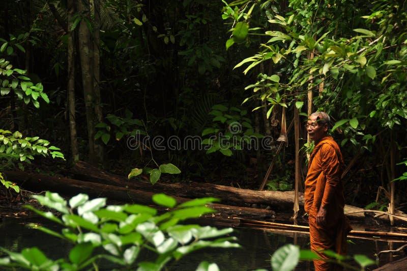 KRABI, THAILAND - TWAALFDE MAG, 2014: Etnische monniksmens in wild tropisch hout, zijaanzicht van de etnische Aziatische mens in  royalty-vrije stock foto