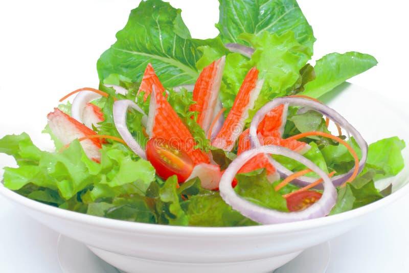 Krabstok met plantaardige salades In een witte kop stock afbeelding