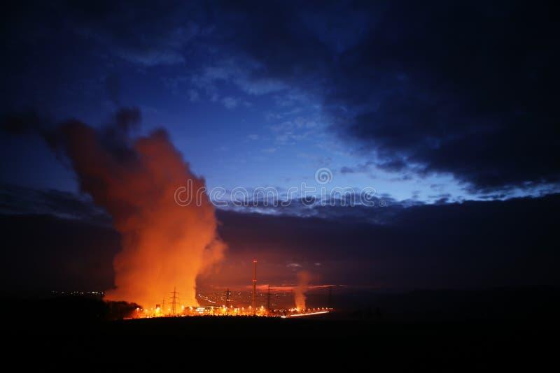Krachtcentrale dichtbij zonsopgang royalty-vrije stock afbeeldingen