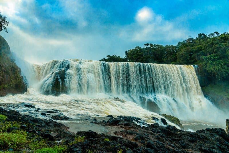 Krachtig van Sae Pong Lai-waterval in Zuidelijk Laos stock afbeeldingen