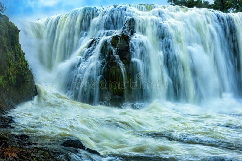 Krachtig van Sae Pong Lai-waterval in Zuidelijk Laos royalty-vrije stock afbeelding