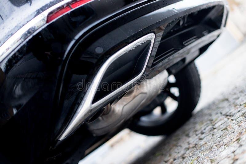 Krachtige auto met uitlaatpijp, verontreiniging en fijn stof stock foto's