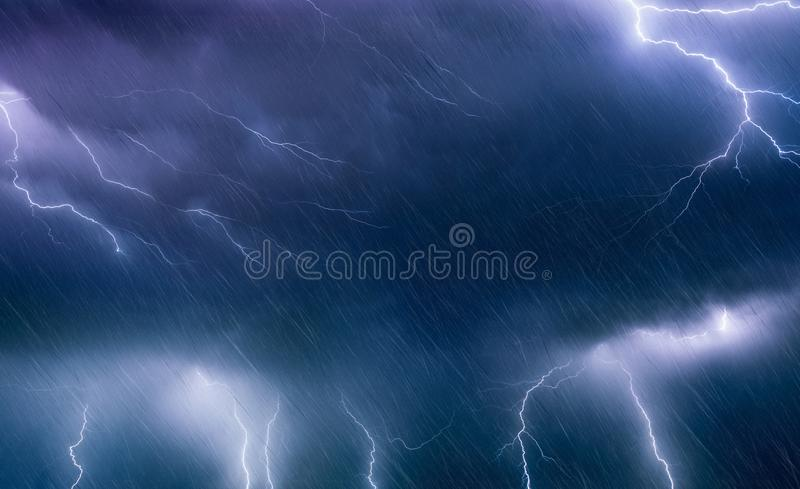 Krachtige bliksem en regen in donkere stormachtige hemel, weerforecas royalty-vrije stock foto's