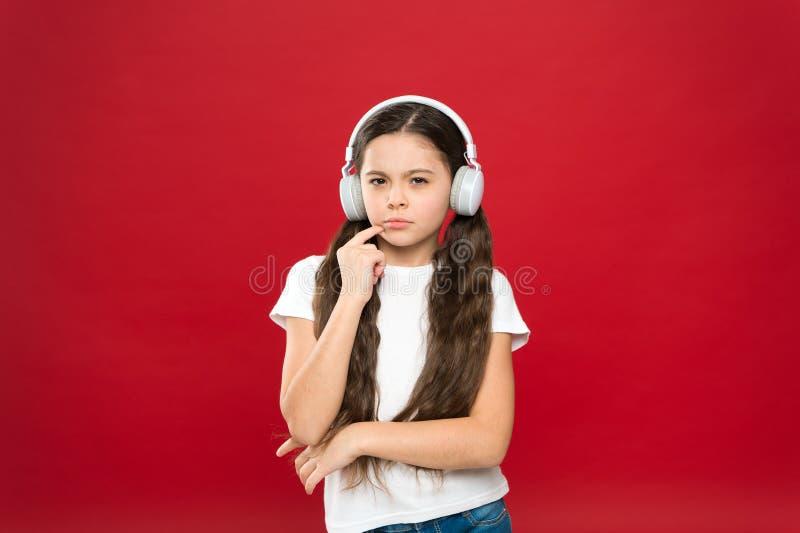 Krachtige effect muziektieners hun emoties, waarneming van wereld Het meisje luistert muziekhoofdtelefoons op rode achtergrond royalty-vrije stock foto's