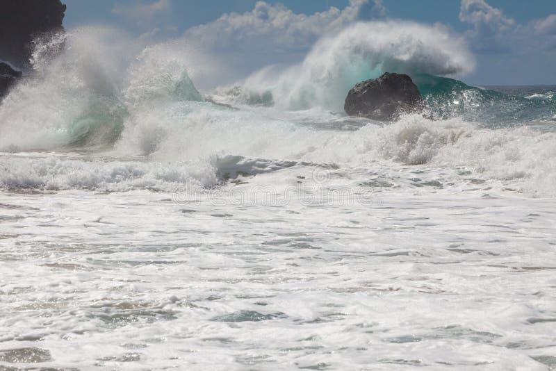 Krachtige golven, die op de rotsachtige oever, dynamische kust breken stock fotografie