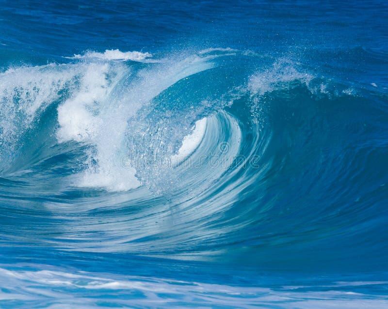 Krachtige golvenonderbreking bij Lumahai-Strand, Kauai royalty-vrije stock afbeeldingen
