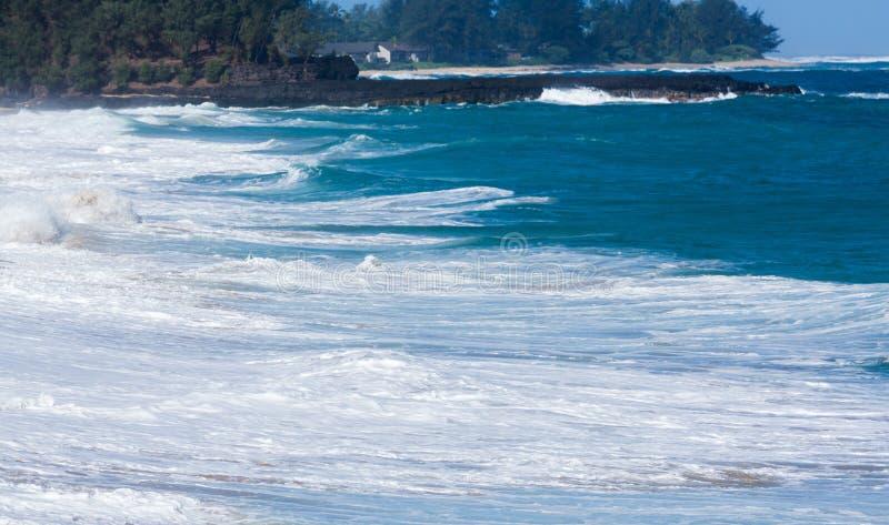 Krachtige golvenstroom over rotsen bij Lumahai-Strand, Kauai royalty-vrije stock fotografie
