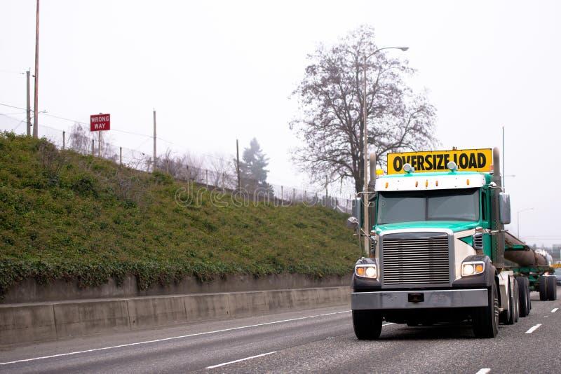 Krachtige grote installatie semi vrachtwagen die overmaatse lading op binnen vervoeren stock afbeeldingen