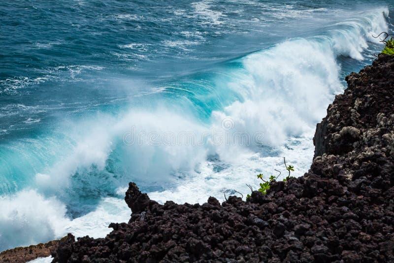 Krachtige Kustonderbreking op Lava Rock Coast van Hawaï royalty-vrije stock foto's