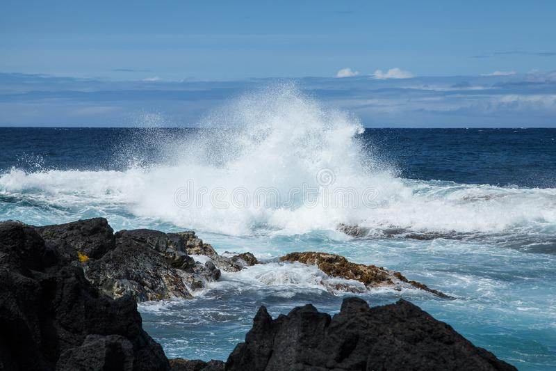 Krachtige Kustonderbreking op Lava Rock Coast van Hawaï met Plons royalty-vrije stock afbeeldingen