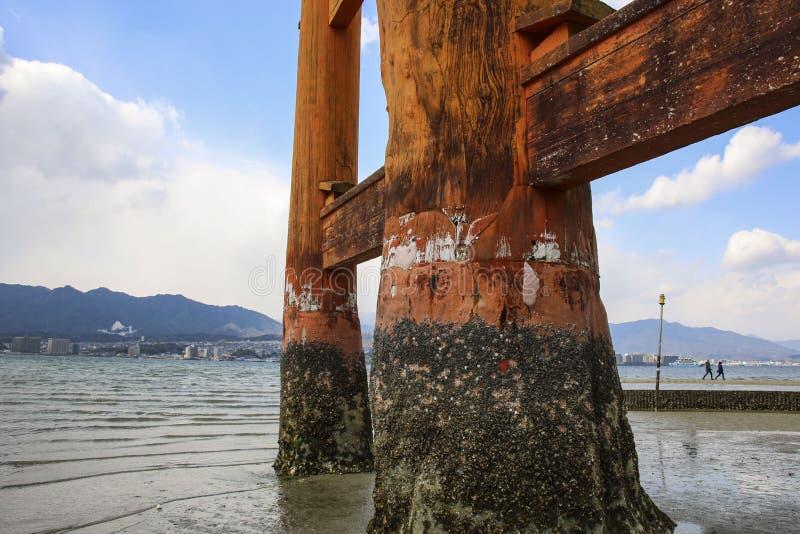 Krachtige pijlers onder de beroemde Floating Torii gate O-Torii op het eiland Miyajima, Japan stock foto's