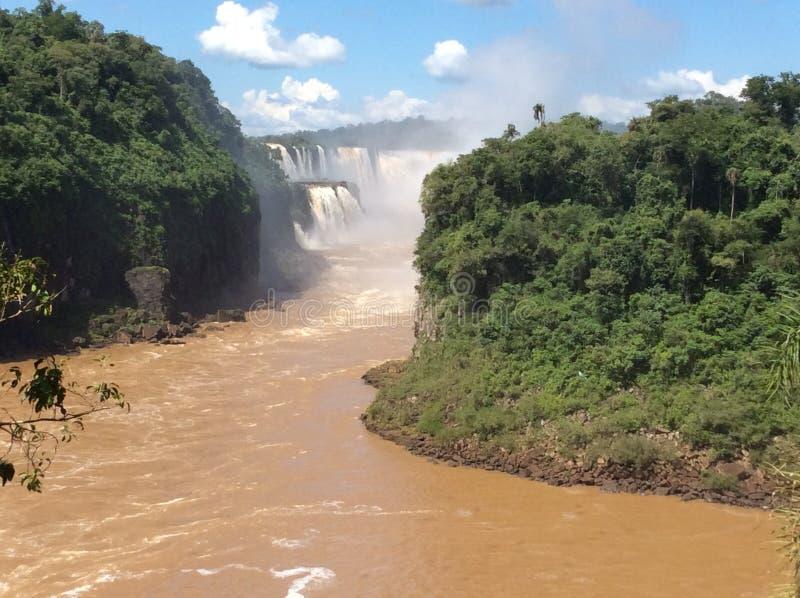 Krachtige stroom van de rivier hieronder na het vallen van een richel in het nationale Park van Iguazu in Argentinië, Zuid-Amerik royalty-vrije stock foto's