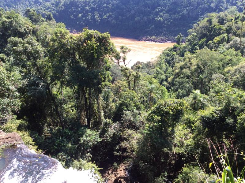 Krachtige stroom van de rivier hieronder na het vallen van een richel in het nationale Park van Iguazu in Argentinië, Zuid-Amerik royalty-vrije stock afbeeldingen
