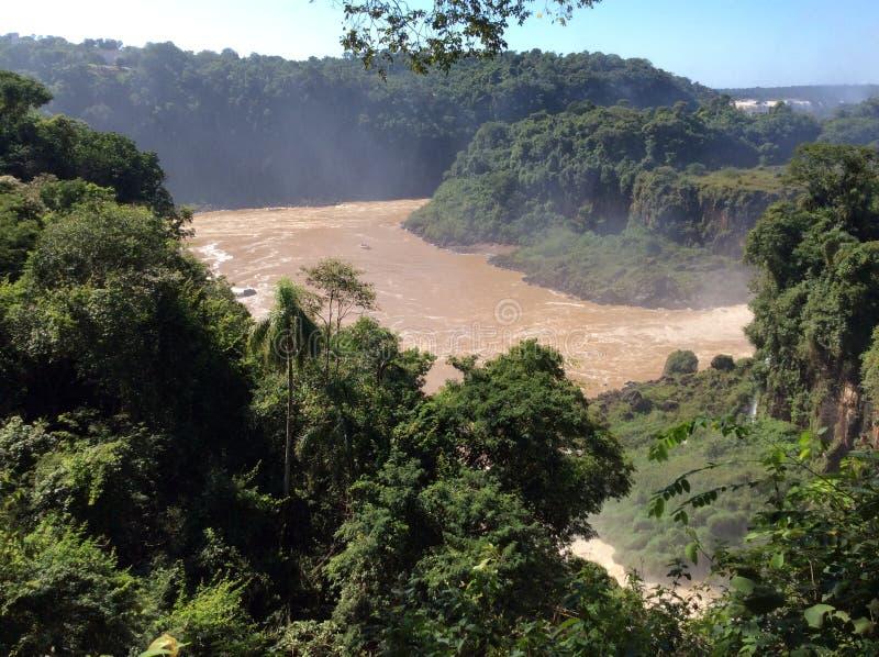 Krachtige stroom van de rivier hieronder na het vallen van een richel in het nationale Park van Iguazu in Argentinië, Zuid-Amerik stock afbeeldingen