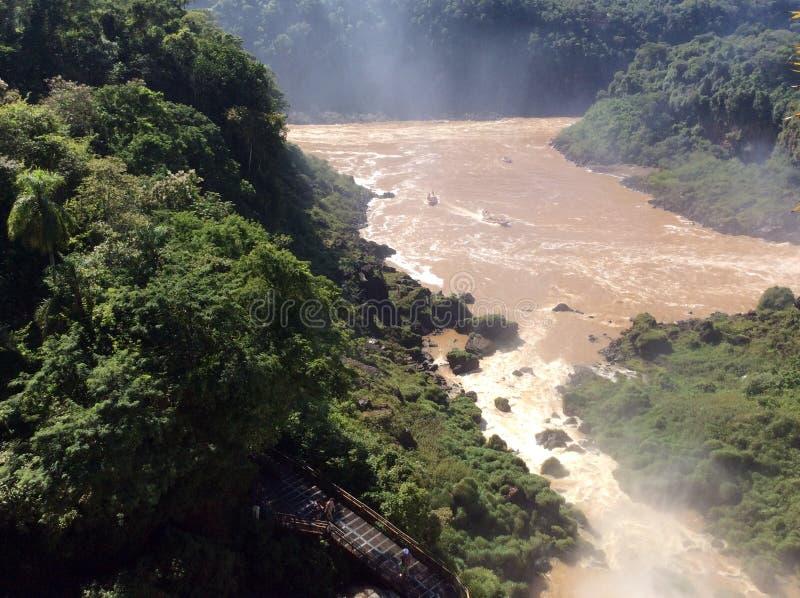 Krachtige stroom van de rivier hieronder na het vallen van een richel in het nationale Park van Iguazu in Argentinië, Zuid-Amerik royalty-vrije stock foto