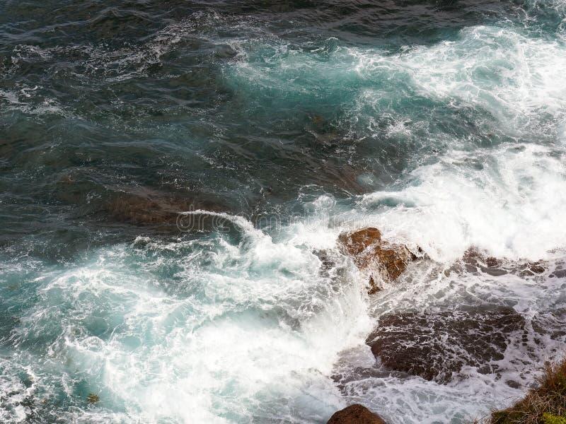 Krachtige Vreedzame Oceaangolven die op Rotsen verpletteren royalty-vrije stock afbeelding