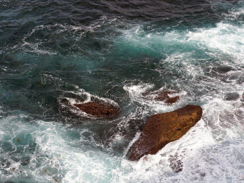 Krachtige Vreedzame Oceaangolven die op Rotsen verpletteren royalty-vrije stock afbeeldingen