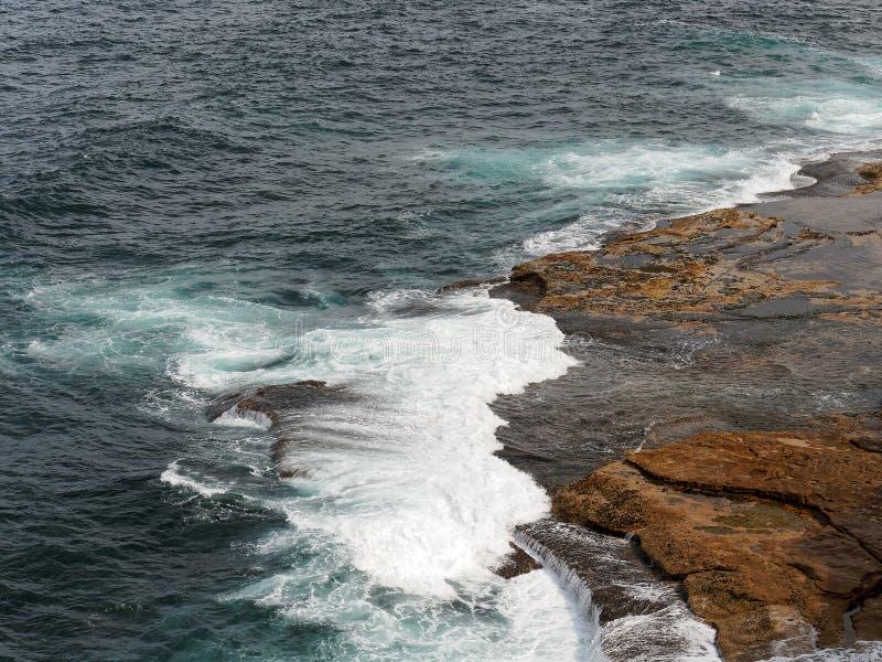 Krachtige Vreedzame Oceaangolven die op Rotsen verpletteren royalty-vrije stock foto