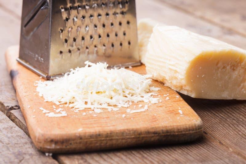 Download Kraciasty Parmezański ser zdjęcie stock. Obraz złożonej z produkt - 28952312