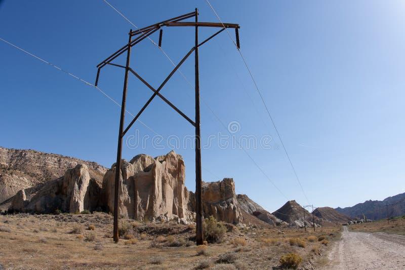 Kraftübertragung Pole auf der Pappel-Straße stockfoto